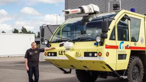 Brandman Antti Pääkkönen brevid Finavia rescue services brandbil.