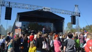 Jukka Poika uppträder på Raseborgsdagen 2014