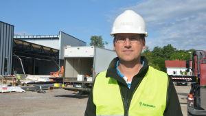 Janne Boström från VN bygg vid en byggarbetsplats i Hangö.