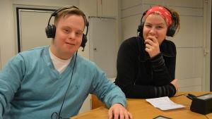 Eddy Krook och Emma Kullberg i Yle Västnylands studio.