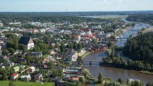 Flygfoto över Borgå med ån och domkyrkan.