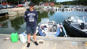 Jörgen Ek framför sin Buster-båt i Porkala Marin.