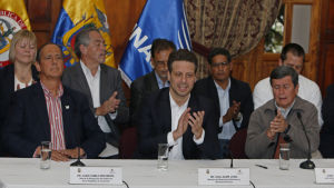 Regeringens chefsförhandlare Juan Camilo Restrepo (till vänster), Ecuadors utrikesminister Guillame Long (i mitten) och ELN :s chefsförhandlare Pablo Beltrán vid presskonferensen i Quito, Ecuador 18.1.2017