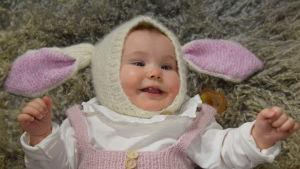 Pupu-liten mössa på en liten bebis.