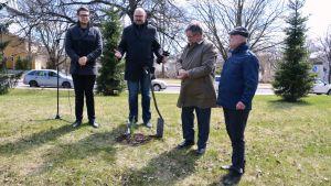 Planteringsceremoni av Framtidens gran i Borgå 12.05.17 - Matti Nuuti och representanter från vänorten Viljandi i Estland