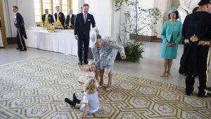 Prinsessan Madeleine med barnen Leonore och Nicolas I bakgrunden hennes make Chris O'Neill.