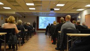 Ungefär 30 personer hade samlats för att höra om planerna på Vasklot i Vasa