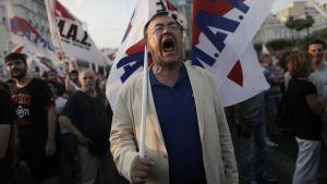 Man demonstrerar i Aten 10.7.2015