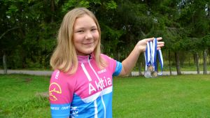 Sandra Jensen håller upp FM-medaljerna hon fått under sommaren 2016.