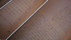 Delvis handskriven text på gulnat papper.