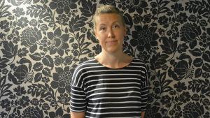 sofia kitinoja i randig skjorta framför en svartblommig vägg