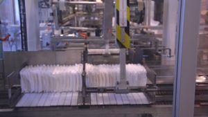 Blöjor i en maskin i Delipaps fabrik i Ekenäs.