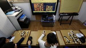 Sydkoreanska elever tittar på den historiska matchen mellan datoren Alphago och en av världens bästa Go-spelare Lee Se-Dol.