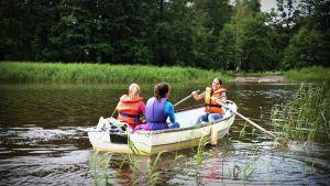 Milla-Maarit Rantanen ror och kompisarna Noora-Kaisa Rantanen och Vilma Kangasaho åker med.