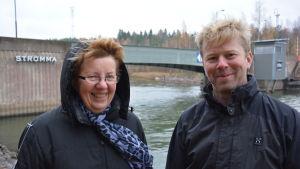 Ulla Andersson med huvan uppe bredvid Benjamin Donner.