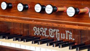 detalj på orgelmanual