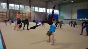 Barn tränar under gymnastiktimme som ordnas av Pargas IF.