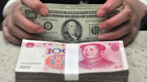 Dollar och yuan.