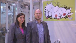 Marknadschef Katarina Hanell och vd Oskari Nuortie i Delipaps fabrik i Ekenäs.