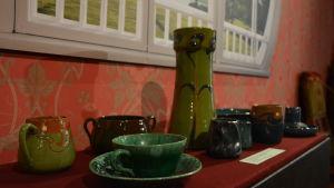 Irisfabrikens keramik visas på utställningen Jugend-Billnäs