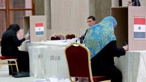 Egyptier bosatta i Saudiarabien röstar i Egyptens parlamentsval.