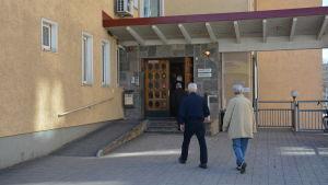 Pensionärer går in till Åbolands sjukhus.