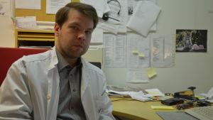 T f ledande överläkare vid Kimitoöns hälsocentral, Janne Orava på sitt arbetsrum.
