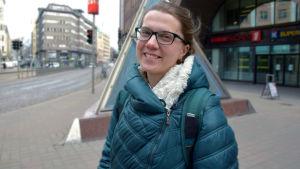 Maria Eliseeva står utanför Kajsaniemi metrostation.