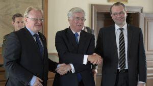Försvarsministrarna  Peter Hultqvist (t.v) och Jussi Niinistö (t.h) med sin brittiske kollega Micael Fallon.