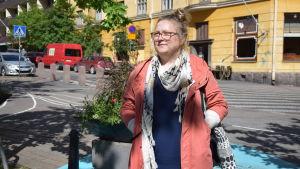 Gatukonstnären Lilli Mäkelä.