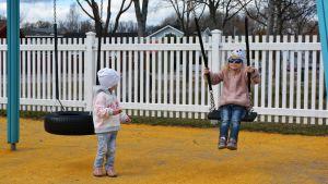 Barn i lekpark