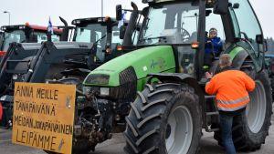 Traktor beredd att åka mot demonstrationen.