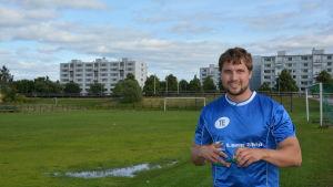Rolf Schwartz på idrottsplanen i Kuppis.