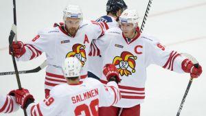 Jesse Joensuu, Sakari Salminen och Peter Regin firar ett mål.