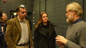 Brändöborna Nikolaos Kapsokefalos och Simone Sundqvist diskuterar med arkitekt Kalle Viljanen.