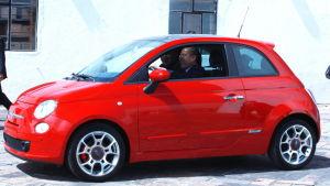 Mexikos tidigare pres Felipe Calderon kör en Fiat 500 som tillverkats på Chryslers fabrik i Mexiko
