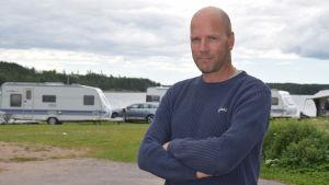 Jan-Olof Björkqvist med husvagnar i bakgrunden.
