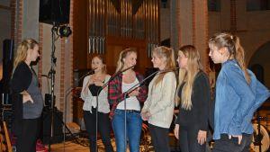 Ingrid Holm med sina tärnor och musikläraren Inka-Maria Pulkkinen, Åbo domkyrka, 10.12.2014