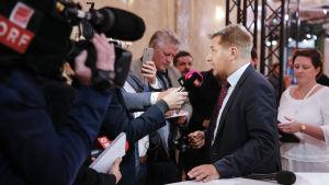SVP:s ordförande Toni Brunner analyserar valresultatet framför tv-kameror.