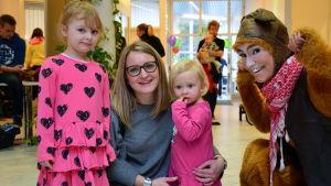 Annika Staffans med döttrarna Filippa och Bianca Ström och Hamstern på Buudagen i Smedsby i Korsholm.