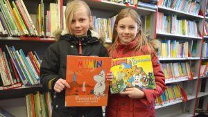 Christa Julin och Neela Nyman lånar böcker från Sibbos bokbuss.