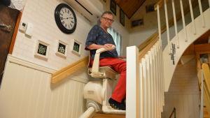 Maj-len Sjöberg har en hiss som tar henne till övre våningen. Hon lider av muskelsjukdomen inklusionskroppsmyosit.