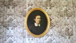 Ett porträtt av Ollas tidigare ägar samt tapeten från 1836.