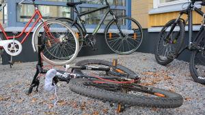 Cykel ligger på marken
