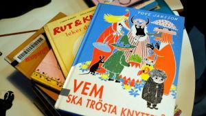 barnböcker staplade på ett bord