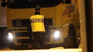 Svensk polis kollar fordon som anländer till hamnen i Trelleborg, efter att Svenska regeringen infört tillfälliga id- och gränskontrioller.