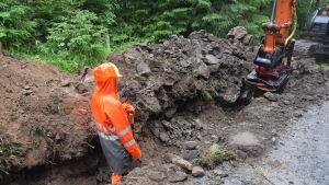 En grävskopa gräver upp en massa sten i diket där Caruna sätter ner jordkablar.