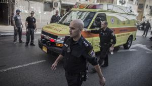 En palestinier förs bort i ambulans efter att ha knivhuggit en israelisk soldat till döds i Tel Aviv.