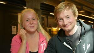 Studerande Sara Hänninen (till vänster) och Antti Saarikallio i Arkens matsal i Åbo.