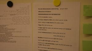 Ordningsreglerna finns på svenska och arabiska.